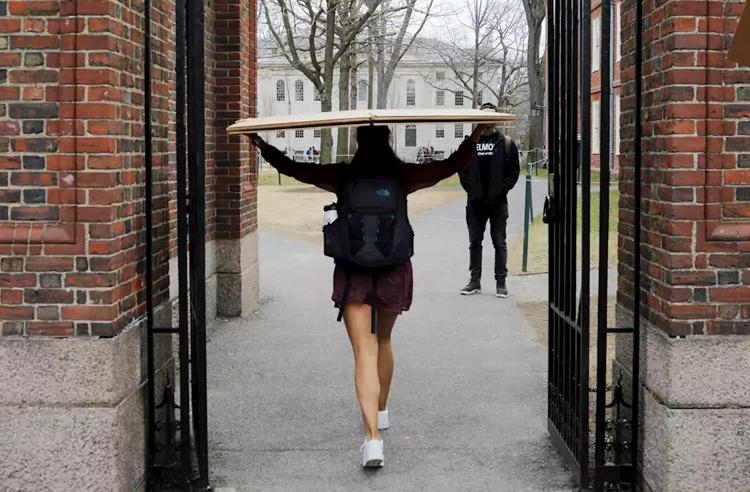 Sinh viên Đại học Harvard (Mỹ) dọn đồ khỏi ký túc xá hôm 10/3 do trường thông báo đóng cửa, chuyển sang học trực tuyến. Ảnh: Yahoo Finance.