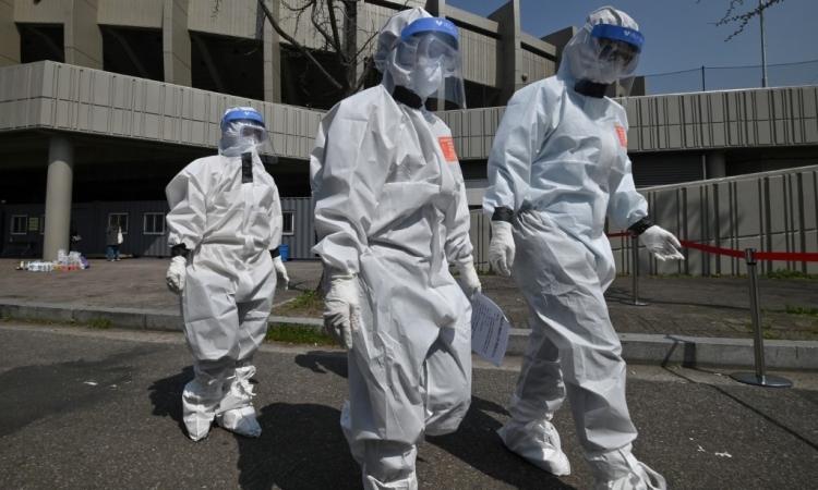 Quan chức Seoul mặc đồ bảo hộ tới một địa điểm xét nghiệm nCoV ở Khu liên hợp thể thao Jamsil hôm 3/4. Ảnh; AFP.
