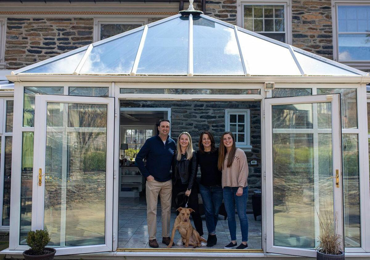 Maureen Boland chụp ảnh cùng chồng, Scott và hai con gái Julia và Caitlin. Ảnh: Maureen Boland.