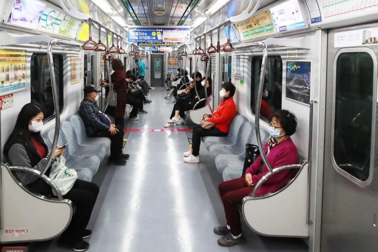 Người dân Hàn Quốc giữ khoảng cách trên tàu điện ngầm ngày 23/3. Ảnh: Reuters.