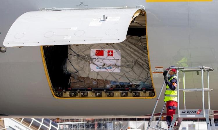 Vật tư y tế từ Trung Quốc được dỡ từ máy bay chở hàng Boeing 747 tại sân bay ở Geneva, Thụy Sĩ hôm nay. Ảnh: Reuters.