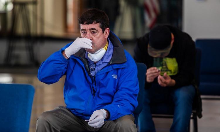 Một người đàn ông đến nhà thờ tại bang California hôm 5/4. Ảnh: AFP.