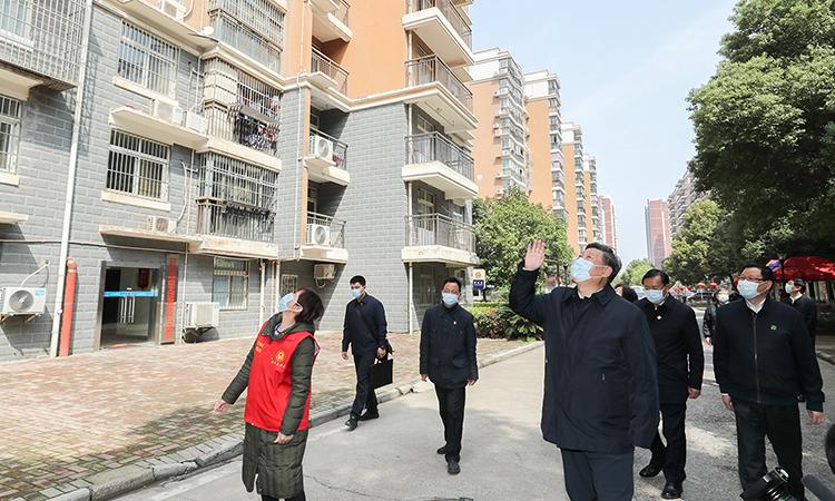 Chủ tịch Tập Cận Bình vẫy tay với người dân Vũ Hán trong chuyến thăm hồi tháng 3. Ảnh: Xinhua.