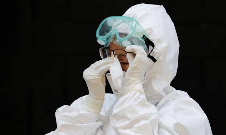 Một nhân viên y tế bên ngoài một điểm xét nghiệm nCoV ở thành phố Bogor, tỉnh Tây Java, Indonesia hôm nay. Ảnh: Reuters.