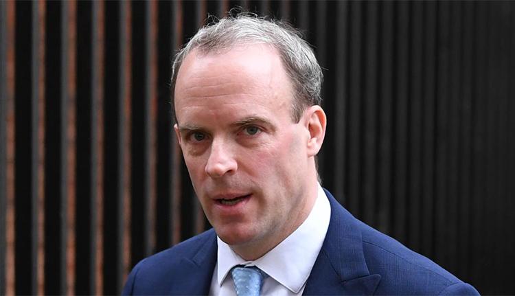 Ngoại trưởng Dominic Raab rời Phố Downing hôm 6/4. Ảnh: AFP