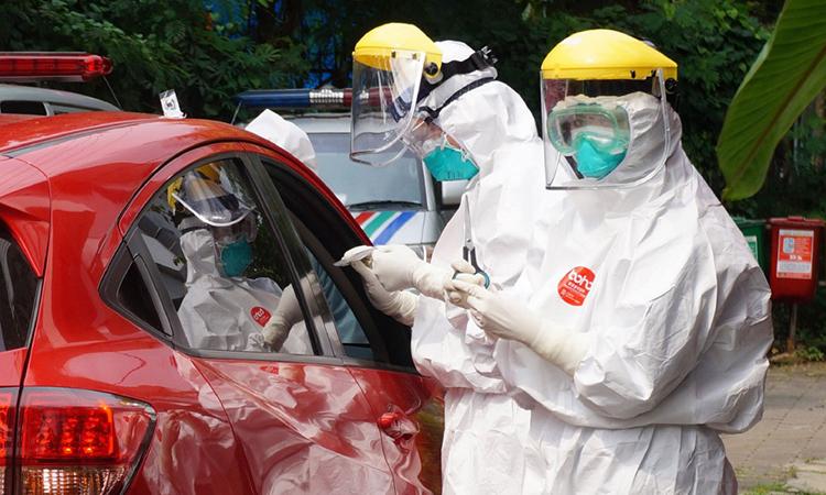 Nhân viên y tế lấy mẫu xét nghiệm nCoV tại trạm lưu động ở thành phố Tangerang, Indonesia ngày 6/4. Ảnh: AFP.