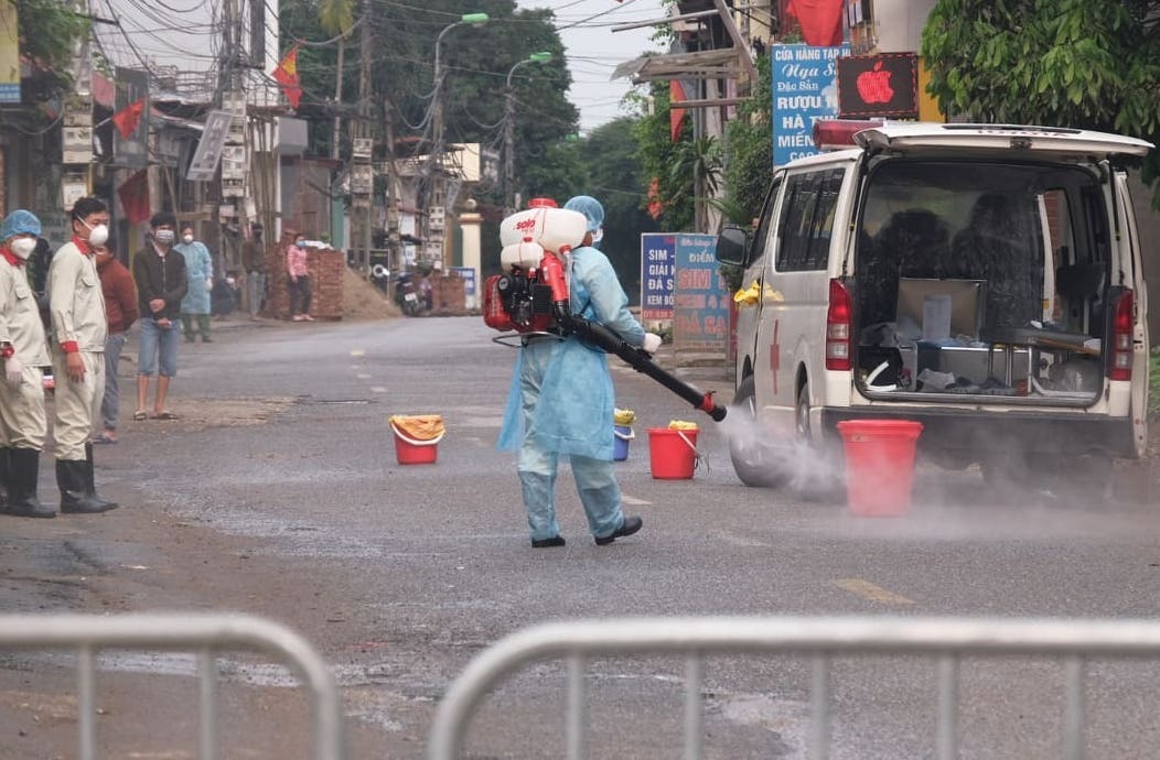 Phun khử khuẩn lối vào thôn Hạ Lôi. Ảnh: Phạm Hùng