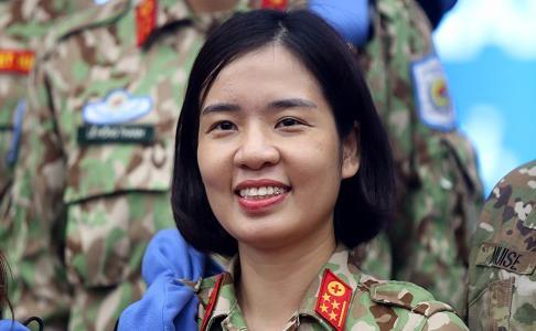 Đại úy Cao Thùy Dung tham gia Bệnh viện dã chiến số 2. Ảnh: Gia Chính