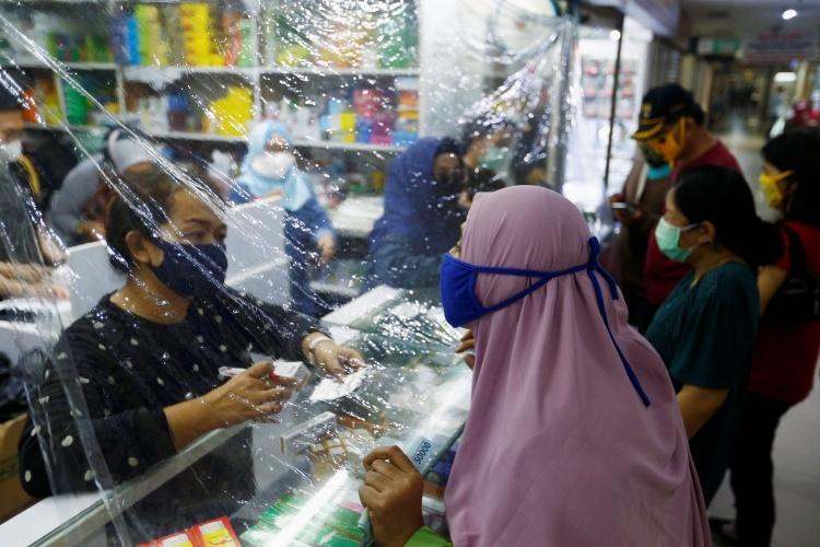 Người dân Indonesia mua hàng ở Jakarta ngày 2/4. Ảnh: Reuters.