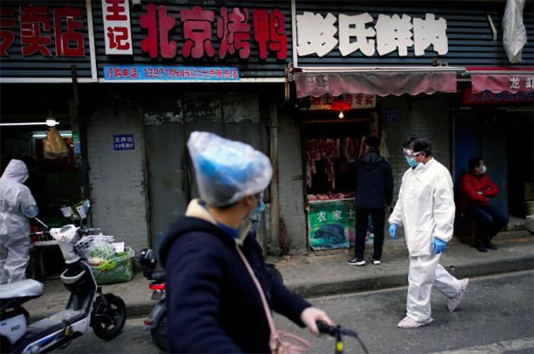 Một số tiểu thương mở bán thực phẩm ven đường ở Vũ Hán hôm 6/4. Ảnh: Reuters