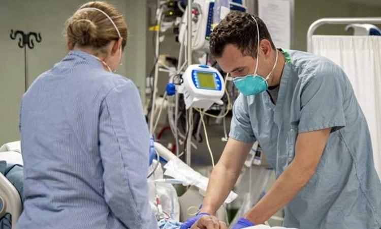 Bác sĩ Mỹ điều trị cho bệnh nhân trên tàu bệnh viện USNS Mercy ở Los Angeles, bang California hôm 5/4. Ảnh: AFP.