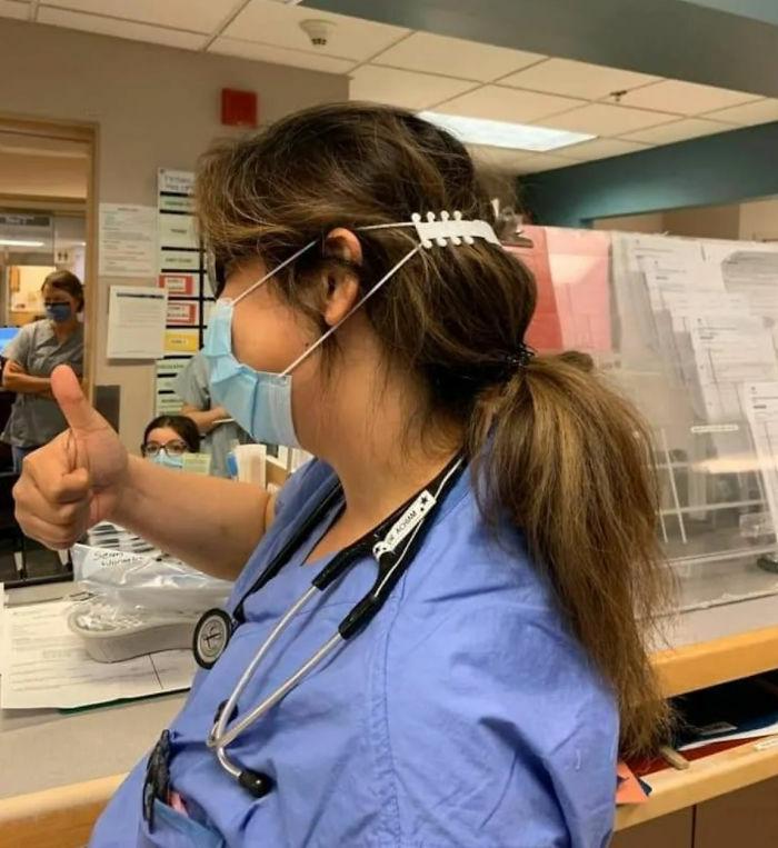 Nhân viên y tế tại Vancouver, Canada sử dụng thiết bị bảo vệ tai của Quinn.Ảnh: Bored Panda