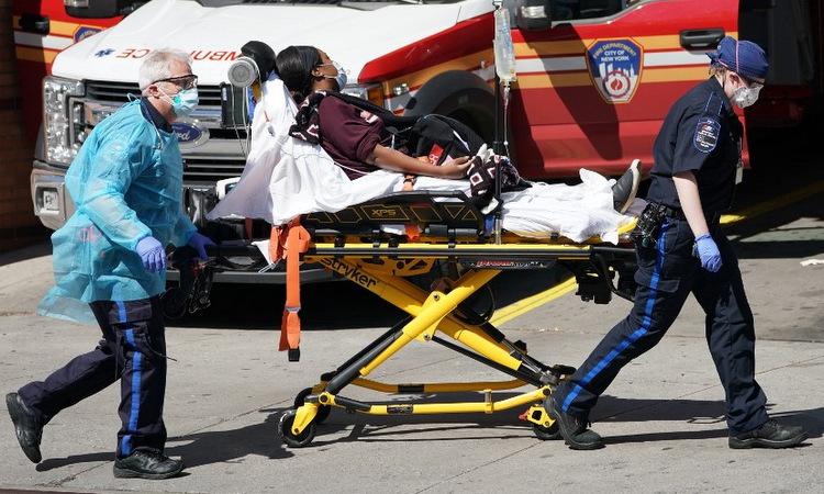 Bệnh nhân Covid-19 được nhập viện tại New York hôm 6/4. Ảnh: AFP.