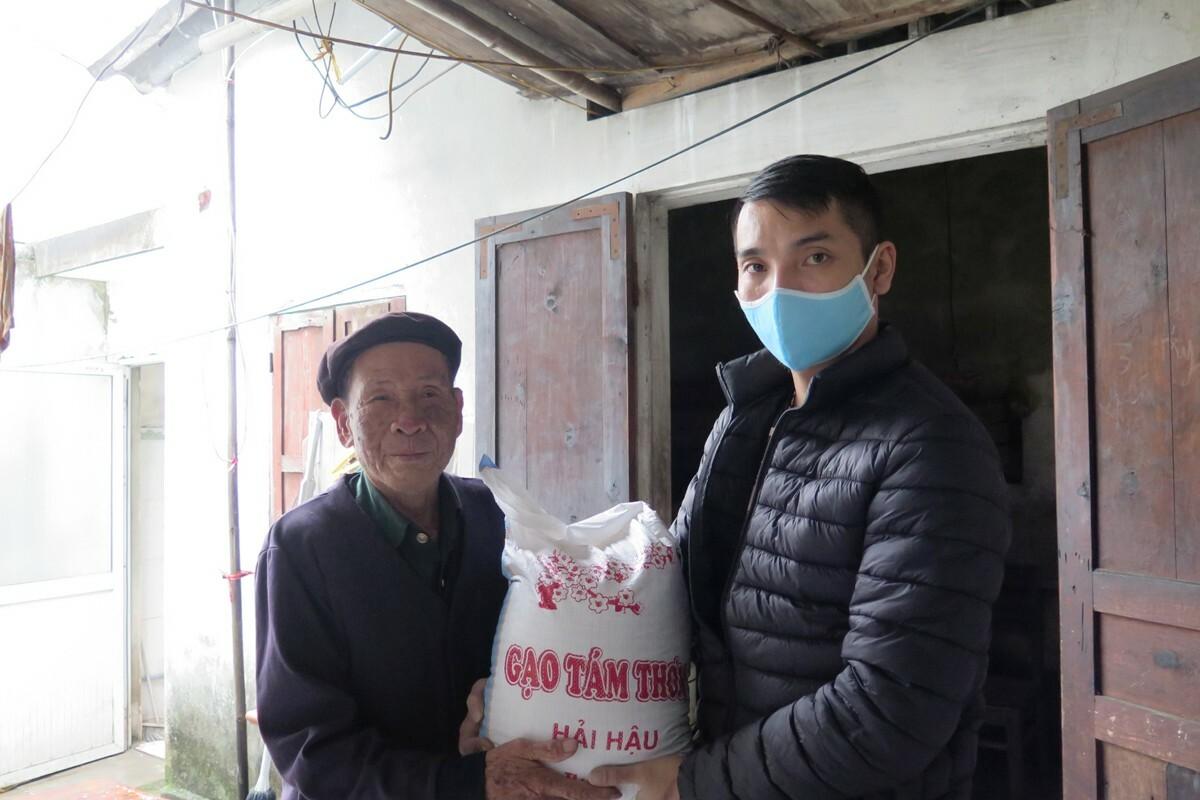 Cụ ông Trịnh Văn Chiêm (92 tuổi, tổ dân phố Hạ Đoạn 4, phường Đông Hải 2, quận Hải An, Hải Phòng) vì tuổi cao, sức yếu được nhóm anh Trần Thạch chuyển gạo đến tận nhà. Ảnh: Giang Chinh