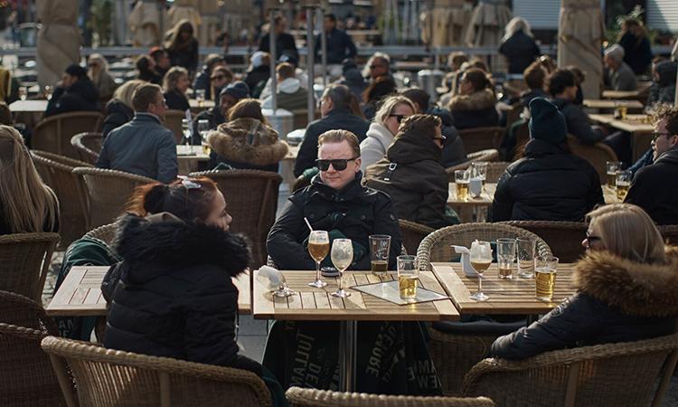 Khách vẫn ngồi kín bàn tại nhà hàng ở quảng trườngMedborgarplatsen, Stockholm hôm 4/4. Ảnh: AP.