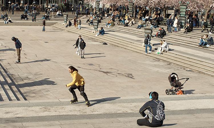 Người dân Thụy Điển vẫn tập trung đông ở công viên tại thủ đô Stockholm hôm 5/4. Ảnh: AP.