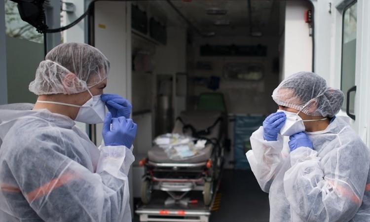 Hai nhân viên y tế chuẩn bị chăm sóc một bệnh nhân nhiễm nCoV tại bệnh viện Laennec ở Saint-Herblain, phía tây Pháp, ngày 7/4. Ảnh: AFP.