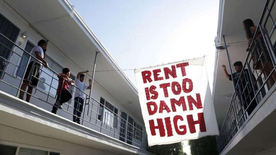 Tổ chức vận động bảo vệ người thuê nhà và kiểm soát tiền thuê nhà treo thông báo với nội dung Tiền thuê nhà quá cao. Ảnh: Los Angeles Times.