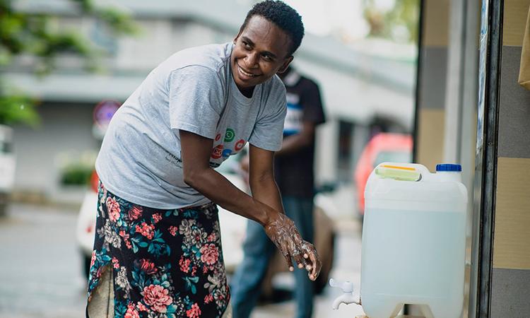 Một bồn rửa tay di động đặt trên con phố chính ở Port Vila. Ảnh: Guardian.