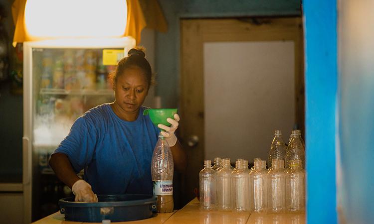 Nhân viên đóng chai đồ uống nakamals trong quán Blue Galaxy Nakamal. Ảnh: Guardian.