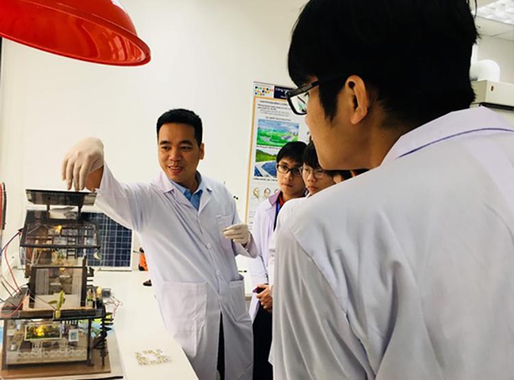 TS Đào Văn Dương (bìa trái) hướng dẫn sinh viên tại phòng thí nghiệm.