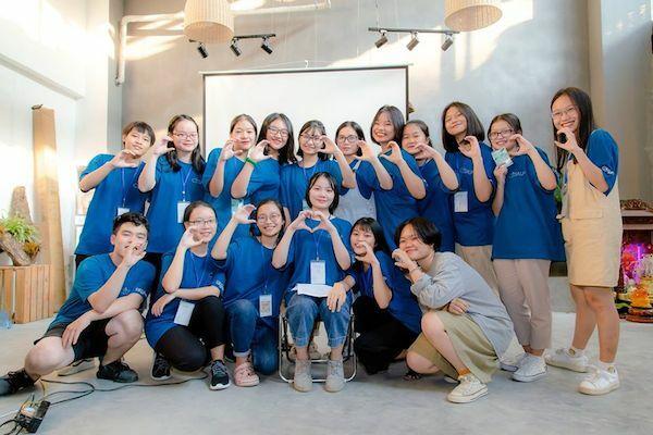 Trần Hương Lan (ở giữa, ngồi ghế) cùng nhóm bạn trong dự án kêu gọi giảm rác thải nhựa mang tên Citsalp mà nữ sinh là sáng lập viên.