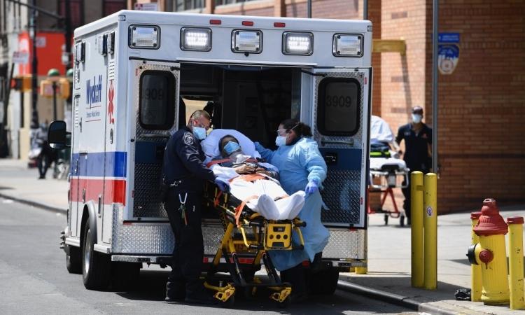 Nhân viên y tế New York vận chuyển bệnh nhân vào phòng cấp cứu của Trung tâm Y tế Wyckoff Heights ởBrooklyn hôm 7/4. Ảnh: AFP.