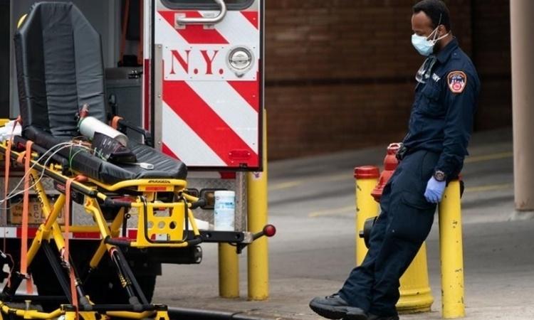 Nhân viên chăm sóc sức khoẻ nghỉ ngơi bên ngoàiTrung tâm y tế Wyckoff Heights ở New York, Mỹ, hôm 5/4. Ảnh: Reuters.