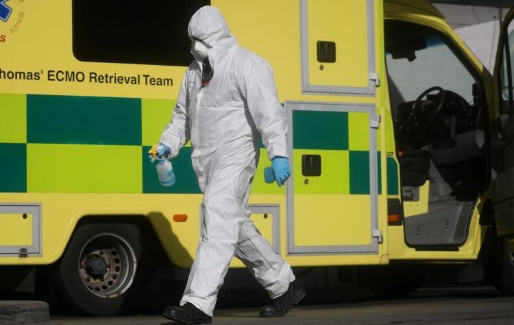 Nhân viên y tế Anh mặc đồ bảo hộ tại Bệnh viện St Thomas ở London hôm 31/3. Ảnh:Reuters.