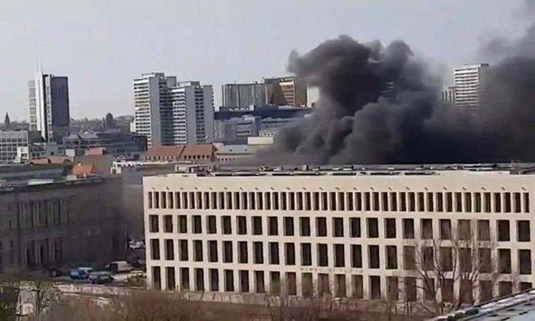 Khói đen bốc lên từ công trường tái thiết cung điện ở trung tâm Berlin hôm nay. Ảnh: News.com.au.