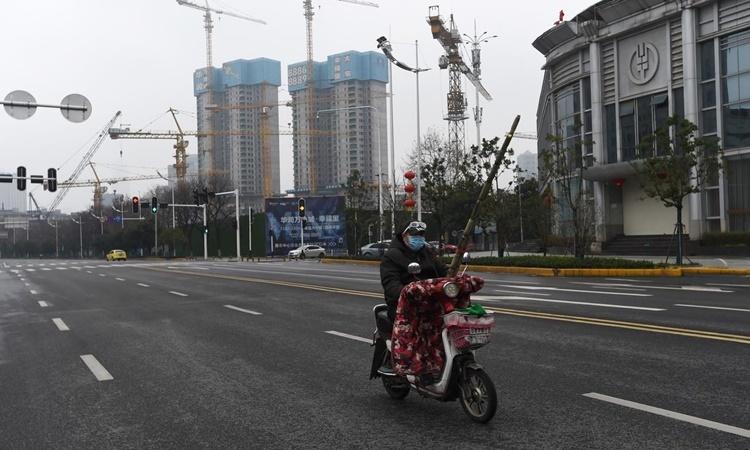 Đường phố Vũ Hán vắng vẻ ngày 26/2. Ảnh: Reuters.