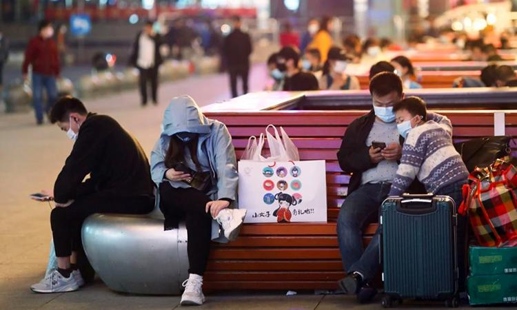 Các hành khách chờ khởi hành tại ga tàu chính ở thành phố Vũ Hán, tỉnh Hồ Bắc, Trung Quốc hôm 7/4. Ảnh: SCMP.