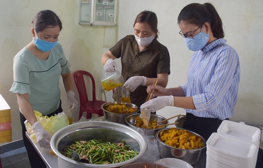 Hội liên hiệp phụ nữ thành phố Tam Kỳ nấu ăn phục vụ người cách ly tập trung ở Trường Cao đẳng Y tế Quảng Nam, sáng 9/4. Ảnh: Đắc Thành.