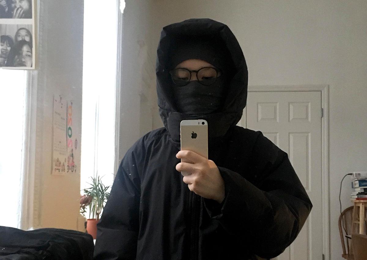 Vy dùng khăn quàng kín mặt mỗi khi ra đường vì không mua được nhiều khẩu trang. Ảnh: Nhân vật cung cấp.