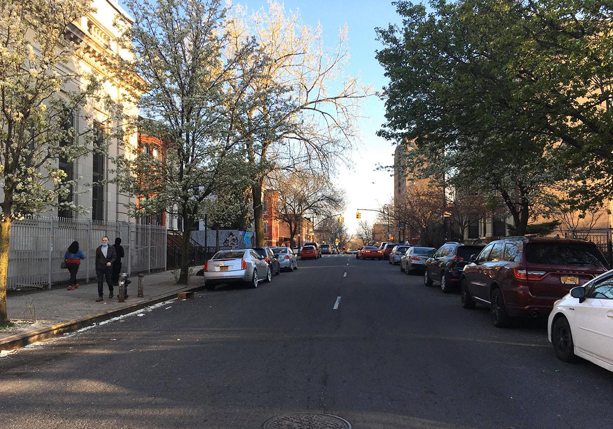 Đường phố Brooklyn, New York chỉ lác đác vài người đi bộ trong sáng 8/4. Ảnh: Nhân vật cung cấp.