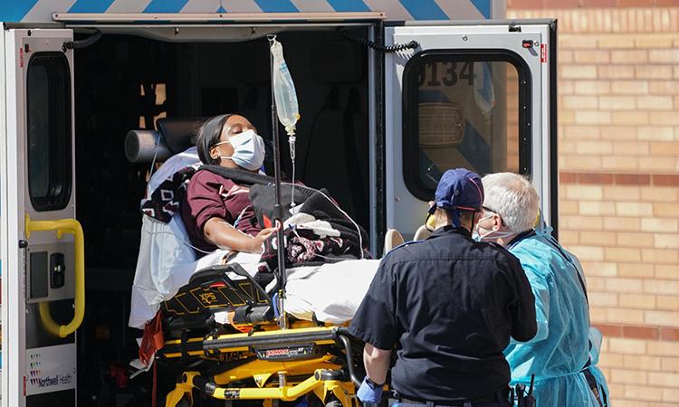 Một bệnh nhân được chuyến tới Trung tâm Y tếWyckoff Heights, hạt Brooklyn, thành phố New York. Ảnh: AFP.