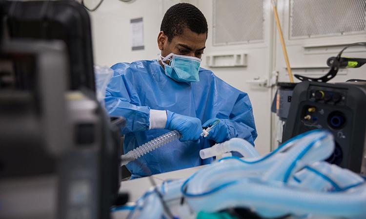 Một kỹ thuật viên lắp máy thở tại Trung tâm Y tế Javits ở thành phố New York. Ảnh: Reuters.