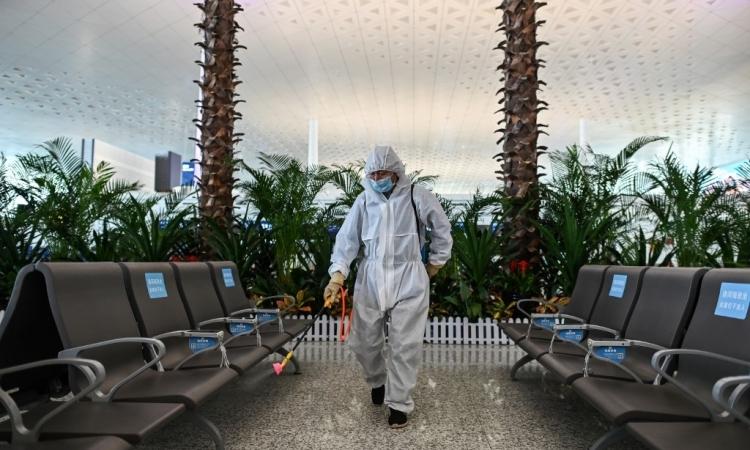 Nhân viên y tế phun khử trùng tại sân bay quốc tế Thiên Hà, Vũ Hán, hôm 8/4. Ảnh: AFP.