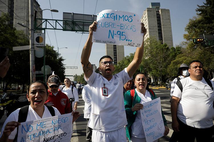 Các nhân viên y tế biểu tình đòi đồ bảo hộ để điều trị bệnh nhân Covid-19 tại Mexico City, Mexico hôm 31/3. Ảnh: Reuters.