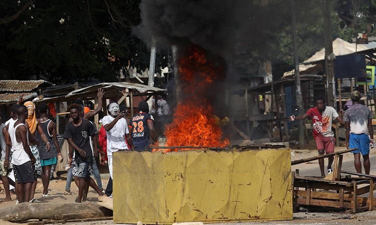 Những người biểu tình phá hủy một bệnh viện dã chiến đang xây dựng để điều trị bệnh nhân Covid-19 tại Abidjan, Bờ Biển Ngà hôm 6/4. Ảnh: Reuters.