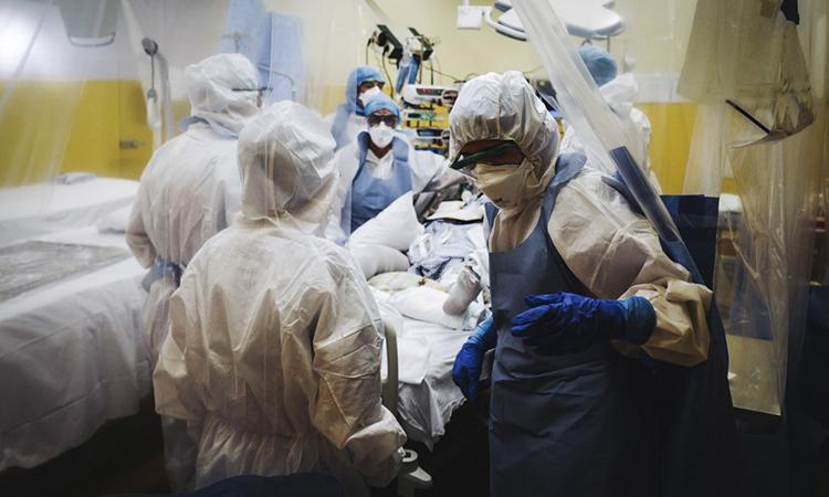 Các nhân viên y tế điều trị cho bệnh nhân Covid-19 trong phòng chăm sóc tích cực tại bệnh việnFranco-Britannique, phía bắc Paris, Pháp hôm 9/4. Ảnh: AFP.