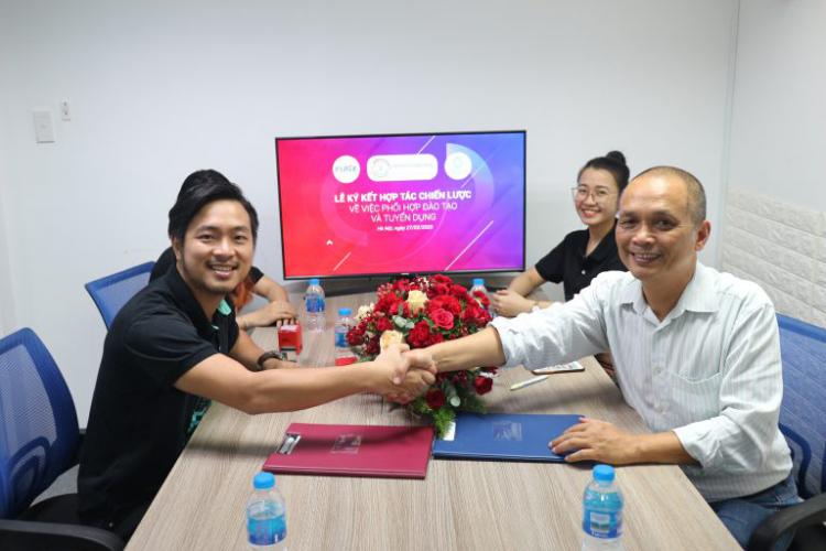 Anh Đạt Võ -đại diện FETCH Technology và anh Nguyễn Thành Nam -Founder FUNiX trong buổi lễ ký kết hợp tác giữa hai bên.