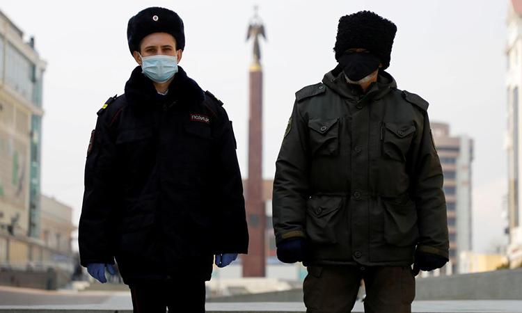 Cảnh sát đeo khẩu trang tuần tra tạiStavropol, Nga hom 1/4. Ảnh: Reuters.