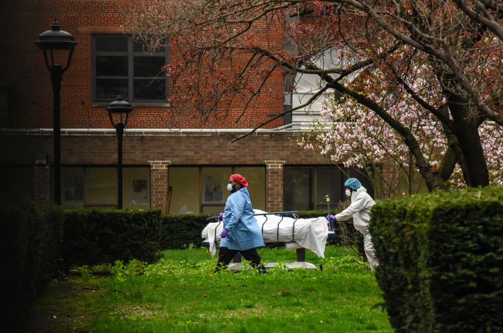 Nhân viên y tế đưa một thi thể ra xe tải đông lạnh tại bệnh viện Kingsbrook Jewish, Brooklyn, New York hôm 9/4. Ảnh:New York Times