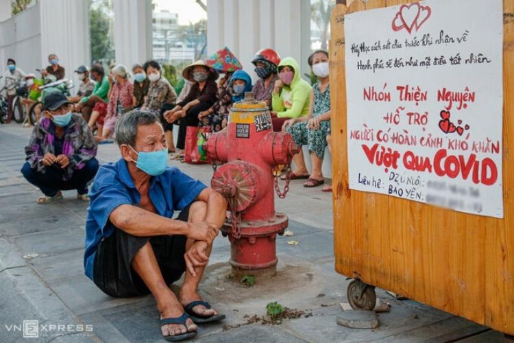 Người gặp khó khăn chờ hỗ trợ tại TP HCM ngày 3/4. Ảnh: Nguyệt Nhi.