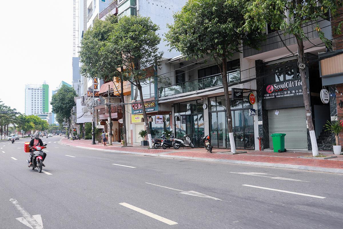 Hàng quán trên tuyến đường Bạch Đằng ven sông Hàn, đóng cửa từ ngày 28/3. Ảnh: Nguyễn Đông.