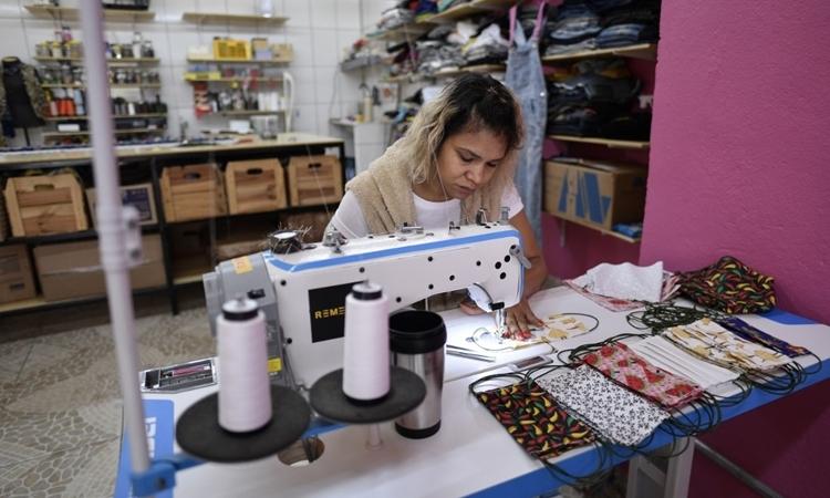 Thợ may may khẩu trang tạiBelo Horizonte, Brazil ngày 8/4. Ảnh: AFP.