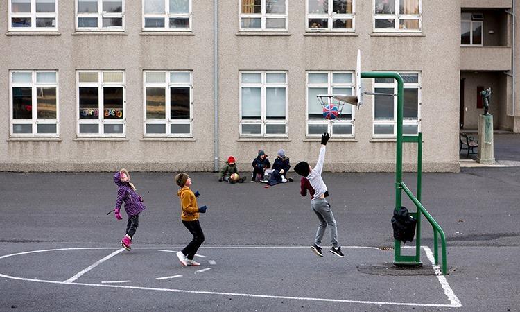 Học sinh chơi bóng rổ trong giờ nghỉ tại một ngôi trường ở thủ đô Reykjavik của Iceland. Ảnh: NYTimes.
