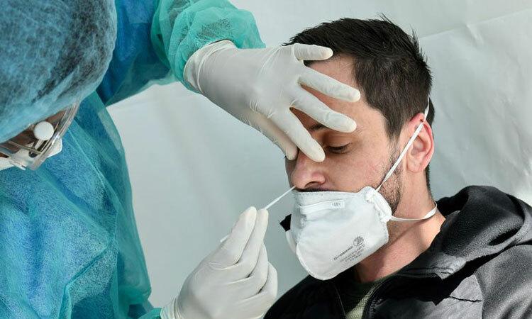 Nhân viên y tế Iceland lấy mẫu xét nghiệm cho một người dân. Ảnh: AFP.