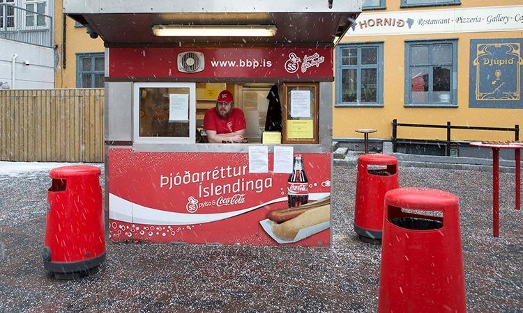 Quầy bán bánh mì xúc xích vẫn mở cửa ở thủ đô Reykjavik. Ảnh: NYTimes.